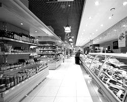 Максимальное, что вам грозит, – переход на более дешевый сорт сыра, йогурта или марку алкоголя (фото: Александр Шапунов/ВЗГЛЯД)