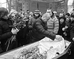 Стас и Настя, прощайте! А мы остаемся – чтобы жить и работать в нашей общей стране, где так много еще должно быть сделано (фото: Артём Коротаев/ВЗГЛЯД)