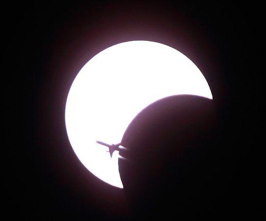 Одной из десяти лучших фотографий космоса 2010 года, опубликованных журналом National Geographic, стал самолет, вылетевший из аэропорта Бангкока. Уникальность фотографии в том, что автор запечатлел самолет на фоне солнечного затмения