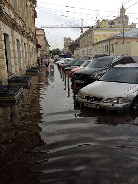 Мощный ливень, обрушившийся в пятницу на столицу, затопил Солянку, Ордынку, Спартаковскую площадь, Садовническую улицу. В некоторых местах вода поднялась выше колес автомобилей. На фото – улица Солянка