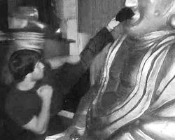 Тренер уволен, борец сидит в СИЗО, пострадавшая статуя Будды ожидает обряда очищения (фото-кадр из видео)