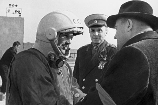 Последние напутствия главного конструктора Сергея Павловича Королева (справа) Юрию Гагарину перед стартом