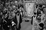 Много людей приняли участие в общегородском пасхальном крестном ходе в центре Новосибирска (фото: Александр Кряжев/РИА «Новости»)