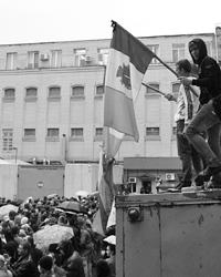 Людей штурмом (фото: Максим Войтенко/ТАСС)