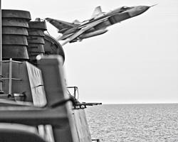 И тут на ботана вылетает хулиганский самолёт (фото: US Navy)