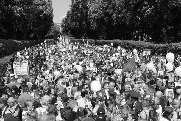 Участники акции в Киеве возложили цветы у Вечного огня в Парке Вечной Славы. Попытки радикалов помешать шествию не увенчались успехом