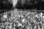 Участники акции в Киеве возложили цветы у Вечного огня в Парке Вечной Славы. Попытки радикалов помешать шествию не увенчались успехом (фото: Сергей Резник/ТАСС)