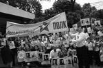 На этот раз «Бессмертный полк» прошел более чем в 50 странах мира, среди них оказалась и Индонезия, где десятки людей вышли на улицы Джакарты (фото: Донат Брыкчински/ТАСС)