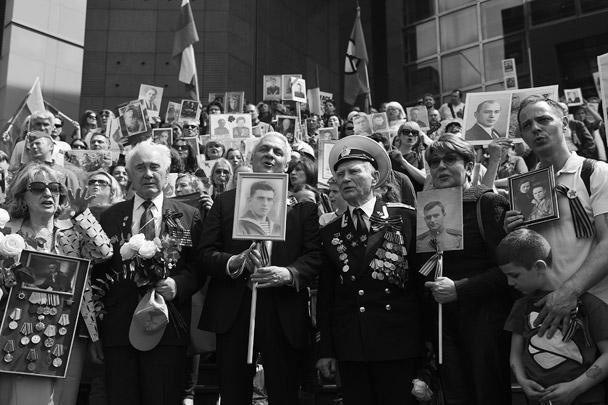 В акции в Париже приняли участие более 300 человек, среди которых были ветераны Второй мировой войны и их потомки как из республик бывшего СССР, так и из стран Восточной и Западной Европы. Мероприятие началось на площади Бастилии под палящим солнцем. В Париж пришла аномальная жара в 30 градусов
