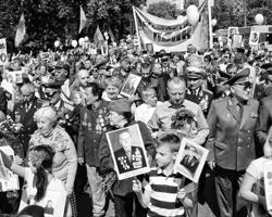 Почтить предков 9 мая на улицы городов вышло около миллиона жителей Украины: шествие Бессмертного полка в Киеве (фото: Стрингер/РИА Новости)