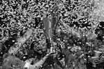 Радости от третьей победы в финале Евролиги не было предела, игроки ЦСКА засыпали игровую площадку серпантином (фото: Алексей Филиппов/РИА Новости)