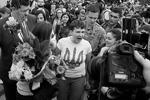 Украинская летчица Надежда Савченко была встречена на родине с большим ажиотажем. Накричав на журналистов и рассказав о планах на будущее, она в сопровождении сестры отправилась на аудиенцию к Порошенко, который заготовил для «героини» пламенную речь и медаль (фото: Gleb Garanich/Reuters)