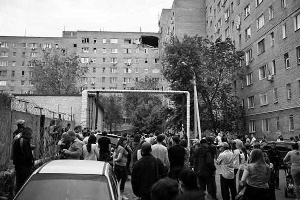В жилом доме на улице Алтайской в Оренбурге произошло обрушение потолочного перекрытия между квартирами восьмого и девятого этажей и кирпичного фасада здания. Из пострадавшего здания отселены более 630 человек, в городе введен режим ЧС