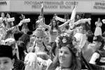 Также в Симферополе прошел многонациональный танцевальный флешмоб «Мы едины», посвященный Дню России. Флешмоб соединил в себе элементы греческого, еврейского, немецкого, украинского, крымско-татарского и русского танцев (фото: Алексей Павлишак/ТАСС)