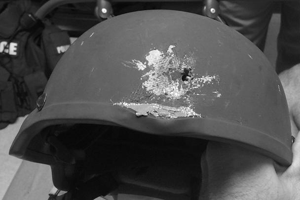 В ходе боя, в котором был убит подозреваемый, офицер полиции был ранен. Кевлар каски спас ему жизнь