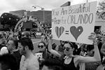 Несмотря на трагедию в Орландо (Флорида) на другом конце страны в Лос-Анджелесе наутро все же состоялся 45-й гей-парад. Отчасти он превратился в марш памяти жертв из Орландо. Полиция арестовала вооруженного мужчину, заподозренного в намерении расстрелять гей-парад в Лос-Анджелесе  (фото: David McNew/Reuters)