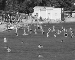 В Евпатории и дальше на запад – прекрасные песчаные пляжи с удобным подходом к морю (фото: Алексей Павлишак/ТАСС)