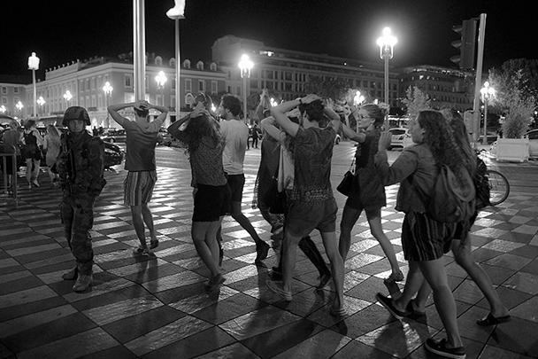 Жители Ниццы и туристы собрались на Английской набережной полюбоваться фейерверком в честь Дня взятия Бастилии