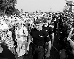 Организаторы Крестного Хода подчеркивают его неполитический характер (фото: Valentyn Ogirenko/Reuters)