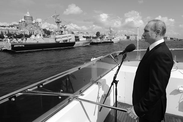 Президент России Владимир Путин на катере «Серафим Саровский» принимает парад кораблей на рейде Невы