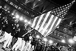 Во время парада команд сборные выходят по алфавиту, но на этот раз – в соответствии с бразильским названием стран. Поэтому сборная США (Estados Unidos da America), которая традиционно замыкает парад команд-участниц, оказалась в его авангарде (фото: Kai Pfaffenbach/Reuters)