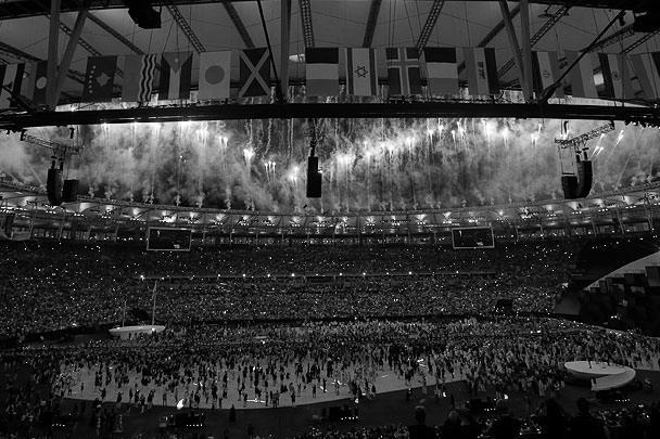 Церемония сопровождалась яркими зажигательными танцами, в один момент многие зрители присоединились к артистам, чтобы вместе веселиться под музыку