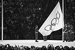 Один из главных моментов церемонии – торжественное поднятие флага Олимпийских игр (фото: Ruben Sprich/Reuters)