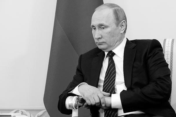 В самом начале беседы глава российского государства напомнил, что «после известной трагедии, в результате которой погибли наши военнослужащие в ноябре прошлого года, они (отношения) скатились на очень низкий уровень, деградировали». Тем не менее, по его словам, характер отношений между Россией и Турцией за последние годы достиг «беспрецедентно высокого уровня». «Вместе с тем ваш сегодняшний визит, несмотря на очень сложную внутриполитическую ситуацию в Турции, говорит о том, что мы все хотим возобновления нашего диалога, восстановления отношений ради интересов народов Турции и России», – заявил Путин, приветствуя Эрдогана. В числе прочего Путин сообщил: «Мы рассмотрели возможности возобновления чартерного авиасообщения (с Турцией), это, пожалуй, тоже дело техники и ближайшего времени»