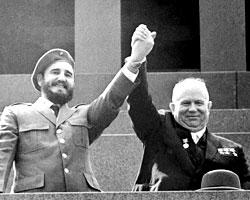 Фидель с Хрущевым на трибуне Мавзолея в 1963-м (фото:ТАСС)