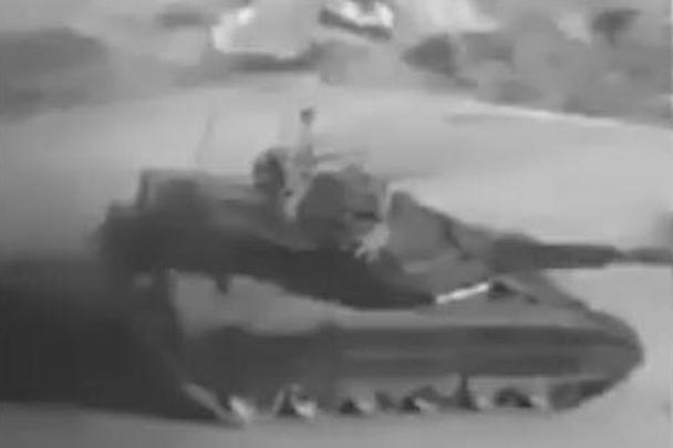 В Сети появилось фото иранского танка Karrar (на фото), который, по мнению наблюдателей, внешне сильно напоминает российский танк Т–90СМ «Прорыв». Тегеран ранее утверждал, что обладает внутренним потенциалом для создания боевой техники с подобными (Т-90) характеристиками