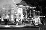 В ночь на субботу около 20 радикалов обстреляли здание российского посольства в Киеве из салютной установки и забросали петардами. Так они выразили протест в связи с предстоящими парламентскими выборами в России. Нацгвардия Украины даже не пыталась задержать нападавших (фото: Gleb Garanich/Reuters)