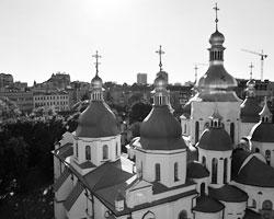 Отчего бы молодым людям и не поплясать в святом месте (фото: Стрингер/РИА Новости)