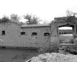 Уникальная крепость XIX века, построенная на территории Балтийской косы, на данный момент - уже наполовину в воде (фото: из архива автора)