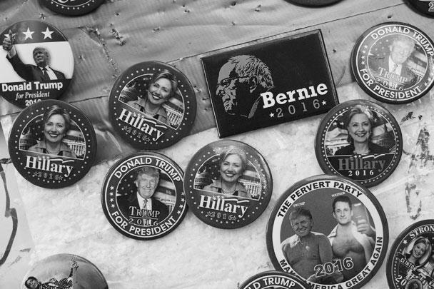 Коллекционерам достанется богатый выбор наглядной агитации – значки с изображением кандидатов, в том числе пародийные (на одном из них – Трамп и антигерой кампании Клинтон, фигурант секс-скандала Энтони Винер). Пожалуй, самый редкий экземпляр – магнит с изображением Берни Сандерса, который мог бы «зажечь» кампанию демократов, но сошел с дистанции