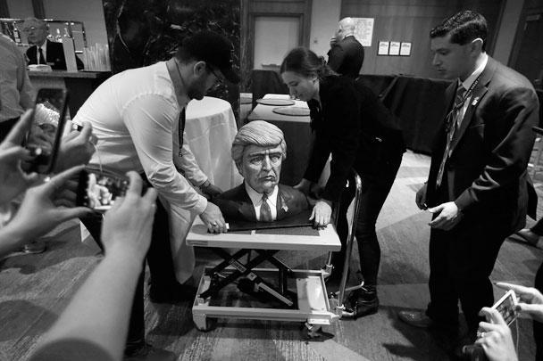 Повара одного из отелей на Манхэттене по случаю выборов испекли торт в виде головы Трампа. Сложно сказать, чем будет такое «ритуальное поедание» изображения кандидата от республиканцев – формой уважения или протеста