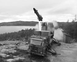 К огорчению шведских «постмодернистов», пусковая установка наземного базирования Kustrobotbatteri 90 возвращается на боевые позиции (фото: кадр из видео)