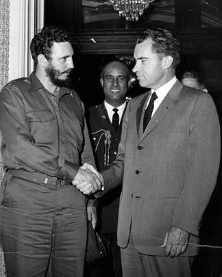 Фидель Кастро знакомится с американским вице-президентом Ричардом Никсоном в Вашингтоне