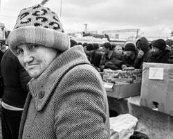 Все чаще приходится видеть пренебрежительное, даже злое отношение к бедным (фото: Станислав Красильников/ТАСС)