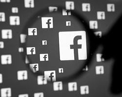 Facebook намерен бороться с фейками, но как бороться с желающими быть обманутыми? (фото:Dado Ruvic/Reuters)