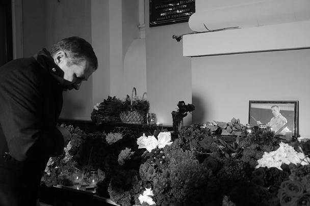 Весь день люди несут цветы к зданию хора имени Александрова в Москве. Несмотря на то, что коллектив понес огромную утрату, хор продолжит свою работу