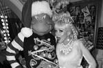 Как и большинство жителей Земли, звезды шоу-бизнеса традиционно стараются нарядиться на Новый год и Рождество, причем выбирают они самые экстравагантные костюмы. На фото Кристина Агилера с мужем Мэттью Ратлером (муж – слева) (фото: instagram.com/xtina)