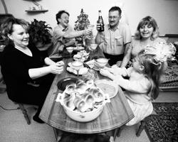 Новый год перестал быть чисто семейным праздником (фото: Владимир Смирнов/ТАСС)