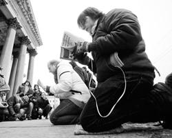 На антицерковных манифестациях собираются ностальгирующие коммунисты, борцы за права сексуальных меньшинств, неоязычники, либералы (фото: Dmitri Lovetsky/AP/ТАСС)