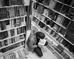 Нужно разделить две проблемы: кризис книжного рынка и кризис литературы (фото: Сергей Ермохин/РИА Новости