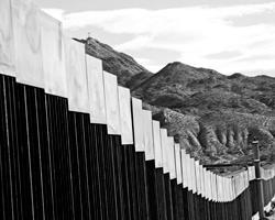 Когда новая политическая эпоха начинается со стены – это, конечно, мощный символ (фото: Jose Luis Gonzalez/Reuters)