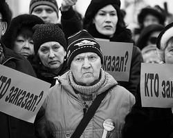 Хотя по некоторым сообщениям украинские флаги  изымались полицией, на фотографиях они видны в руках у участников (фото:  Valya Egorshin/AP/ТАСС)