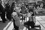 Участник театрализованного представления Р«ыцарский турнир в честь прекрасных дам» поздравляет жену и дочь с Международным женским днем в Лапидарном дворике Феодосийского музея древностей (фото: Сергей Мальгавко/РИА «Новости»)