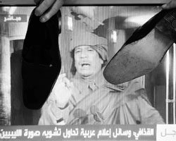 Ура-ура, мы свергли злого диктатора, а вы что не ликуете? (фото:Ali Jarekji/Reuters)