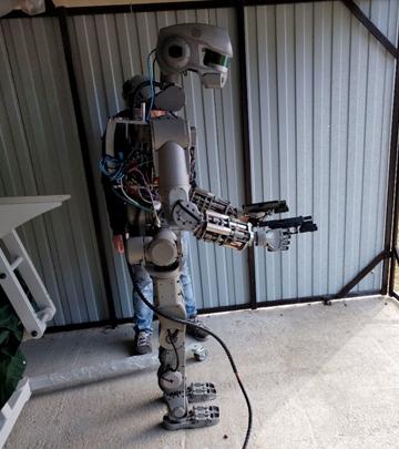 Опубликовано видео стрельбы робота Федора с двух рук