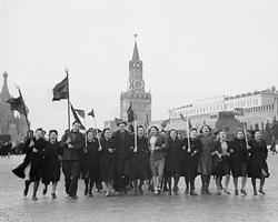 Утром 9 мая 1945 года на Красной площади  (фото: Михаил Озерский/РИА Новости)